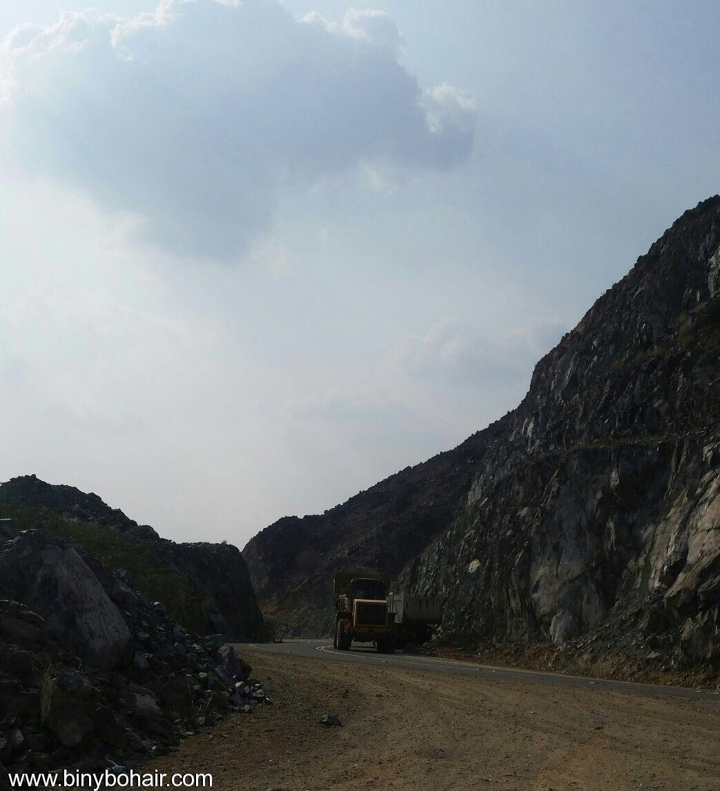 المواصلات ...يقوم بإزالة الانهيارات الصخرية 1lr15700.jpg