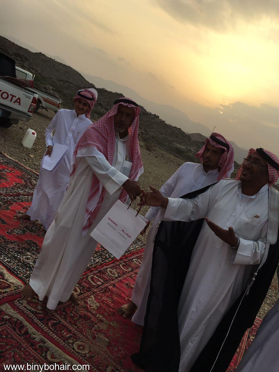"""عبدالله الحارثي وأبناؤة يكرمون الاستاذ"""" 2v326067.jpg"""