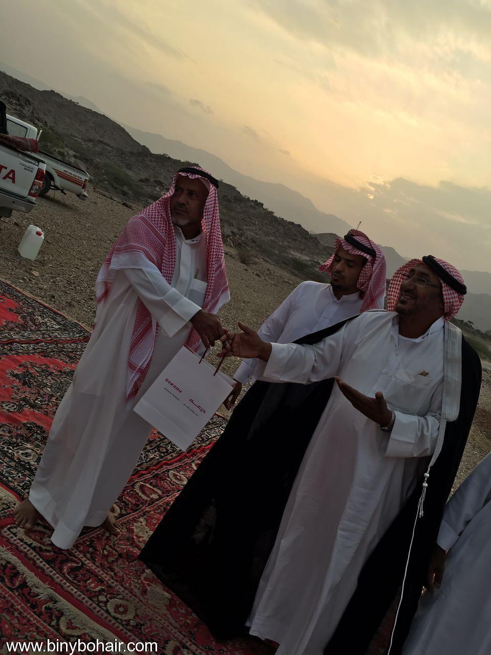 """عبدالله الحارثي وأبناؤة يكرمون الاستاذ"""" 5zb26068.jpg"""
