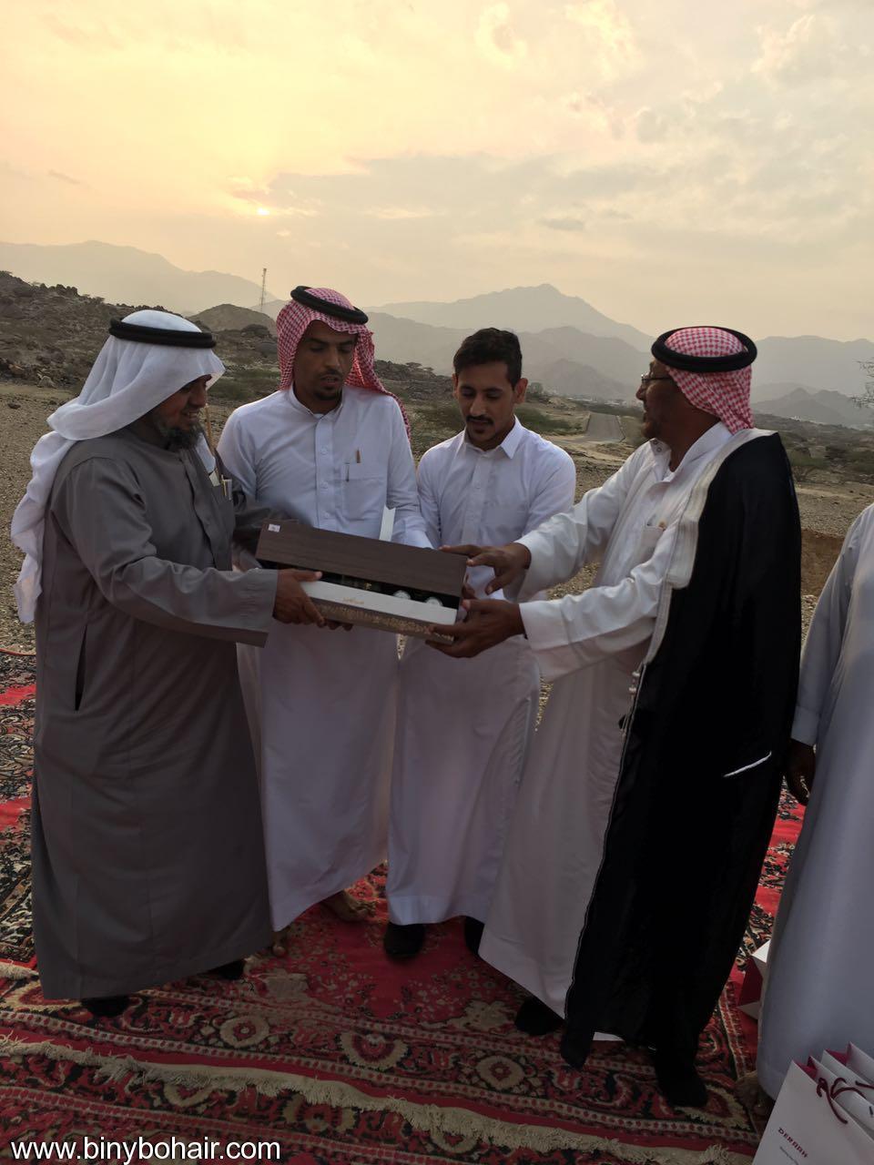 """عبدالله الحارثي وأبناؤة يكرمون الاستاذ"""" a1t26068.jpg"""