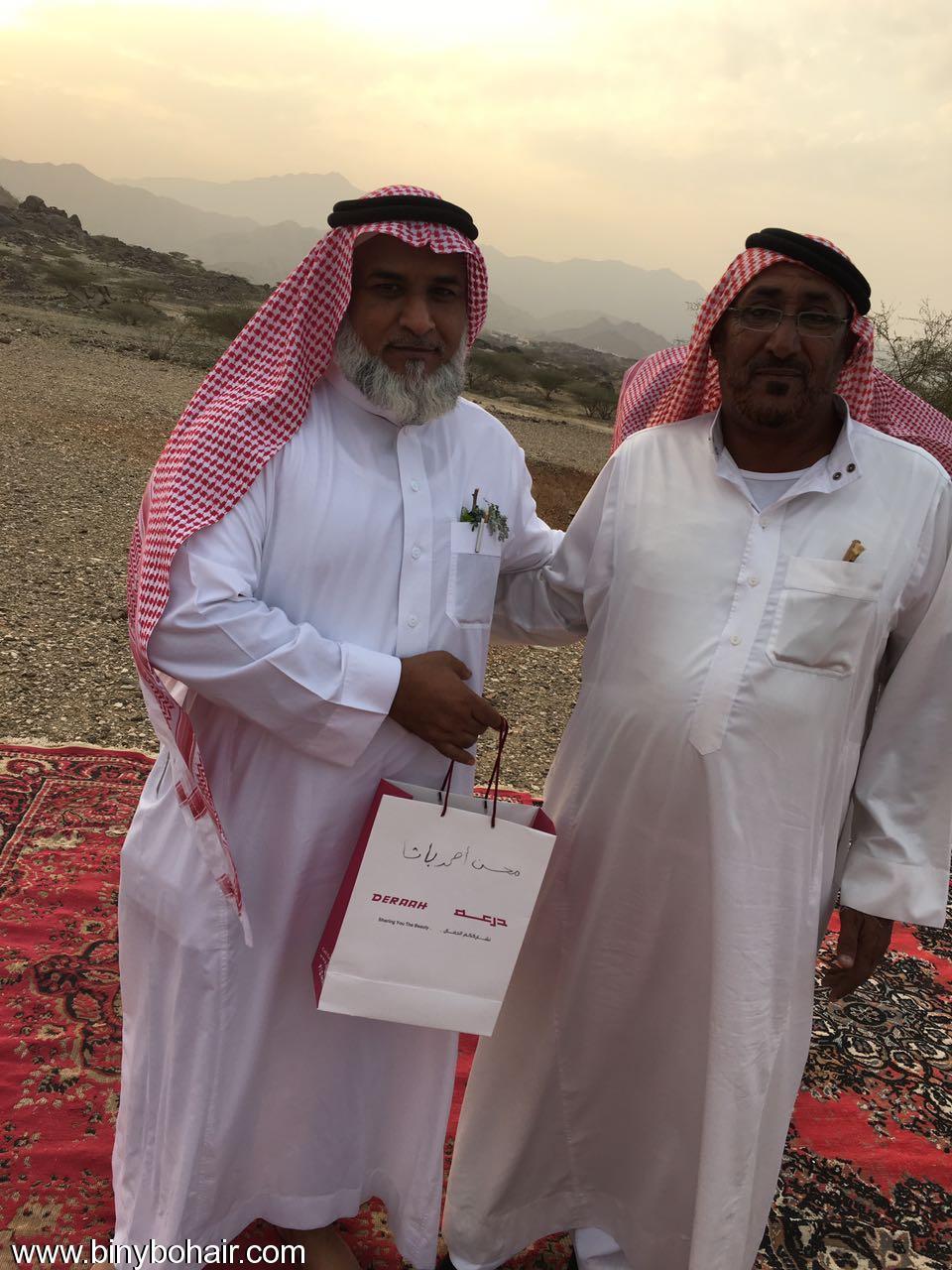 """عبدالله الحارثي وأبناؤة يكرمون الاستاذ"""" b2e26101.jpg"""
