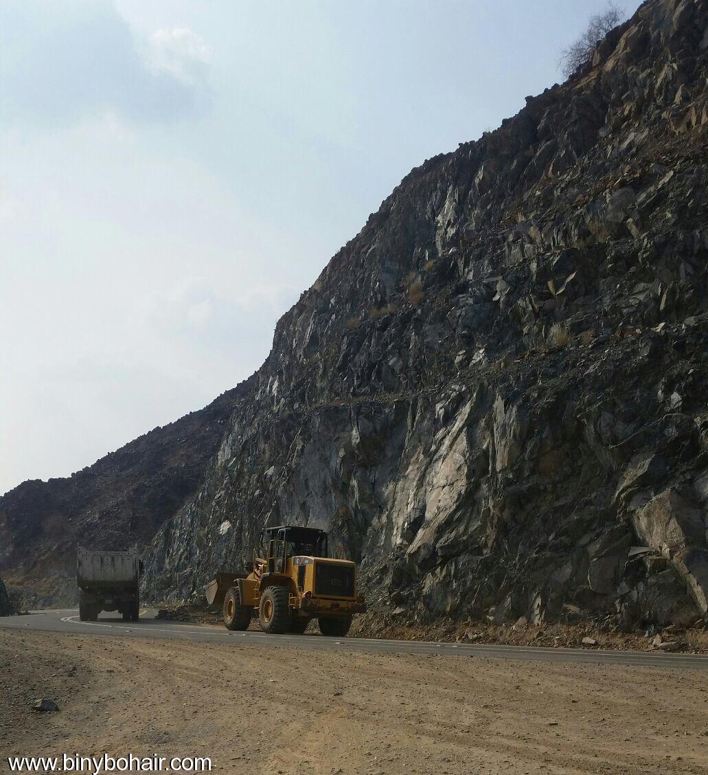 المواصلات ...يقوم بإزالة الانهيارات الصخرية cxn15700.jpg