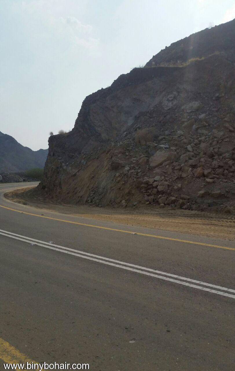 المواصلات ...يقوم بإزالة الانهيارات الصخرية dgj15700.jpg