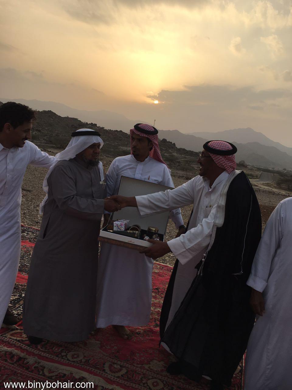 """عبدالله الحارثي وأبناؤة يكرمون الاستاذ"""" ffs26101.jpg"""