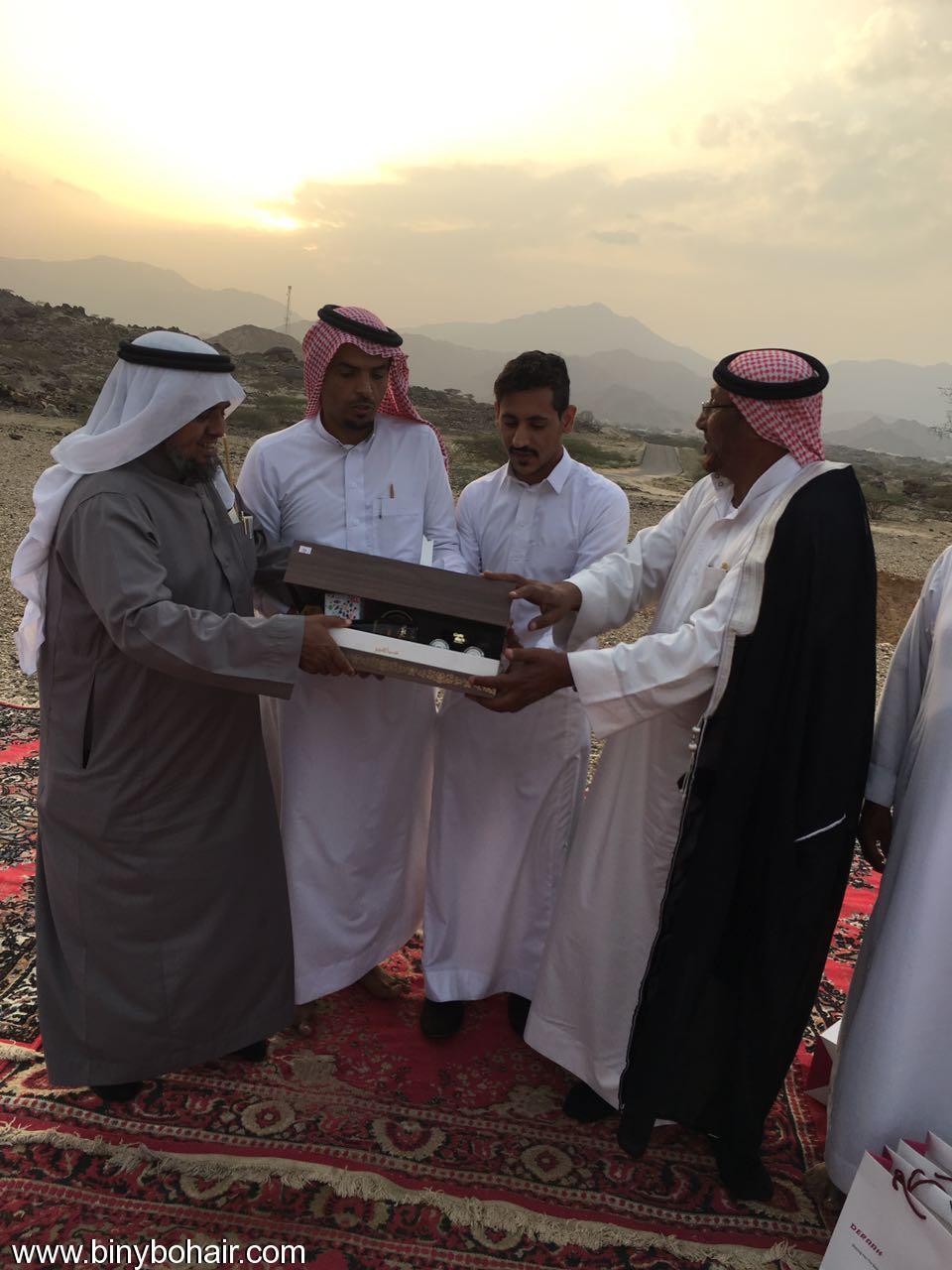 """عبدالله الحارثي وأبناؤة يكرمون الاستاذ"""" ft626067.jpg"""