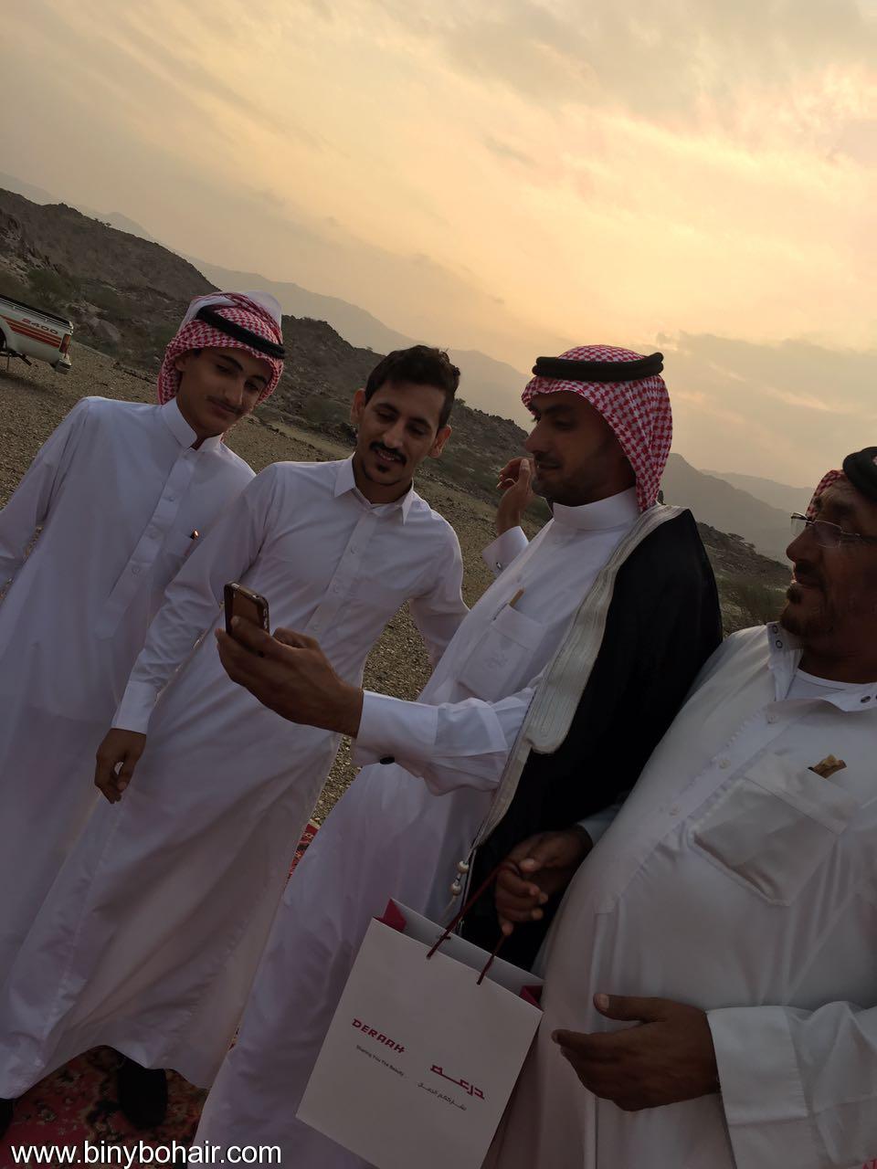 """عبدالله الحارثي وأبناؤة يكرمون الاستاذ"""" hfo26101.jpg"""