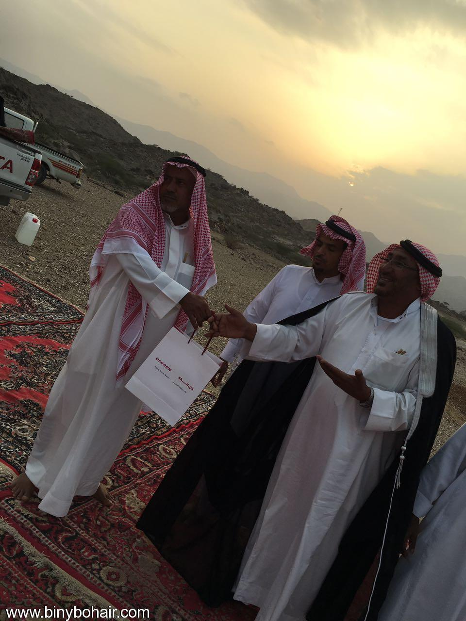 """عبدالله الحارثي وأبناؤة يكرمون الاستاذ"""" hno26067.jpg"""
