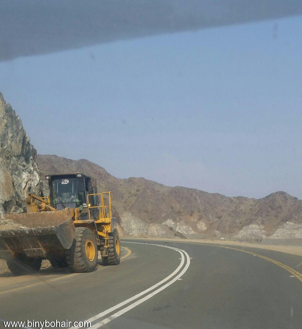 المواصلات ...يقوم بإزالة الانهيارات الصخرية hxs15700.jpg