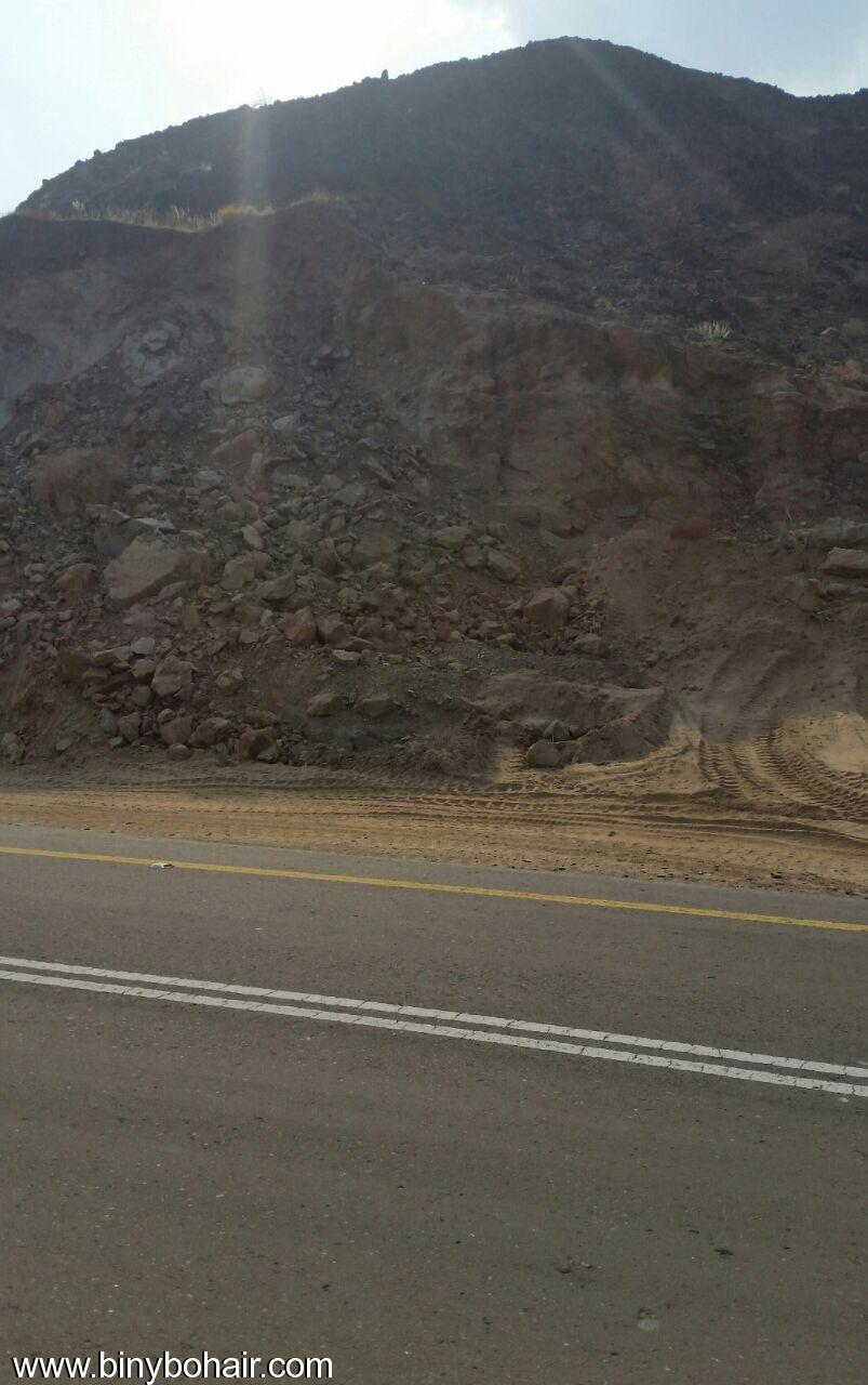 المواصلات ...يقوم بإزالة الانهيارات الصخرية lco15700.jpg