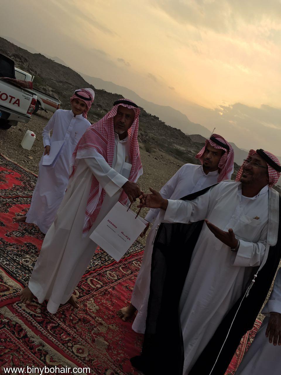 """عبدالله الحارثي وأبناؤة يكرمون الاستاذ"""" lwl26101.jpg"""