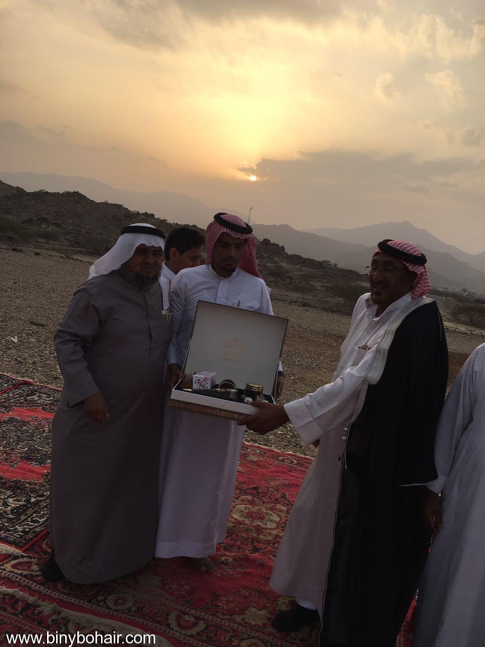 """عبدالله الحارثي وأبناؤة يكرمون الاستاذ"""" rl726068.jpg"""